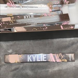 #4 Kylie Cosmetics Silver Series Makeup Brush